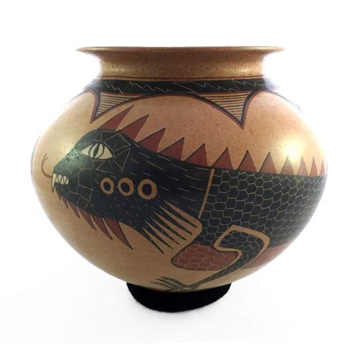 Mata Ortiz Pottery, Chihuahua Roberto Banuelos: Mid-sized Iguana Pot Iguana